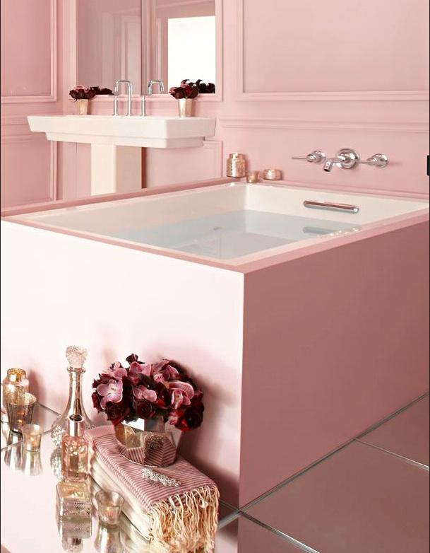 Baignoire rose au design carré