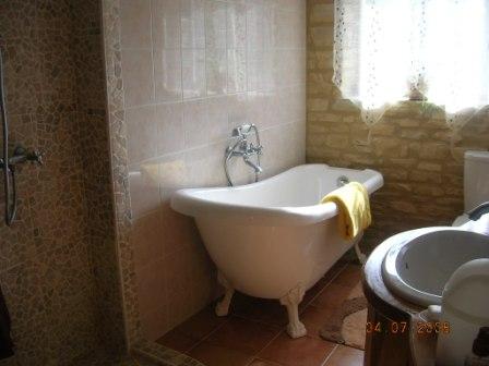 Petits espaces petite baignoire lot tout sur la for Salle de bain avec baignoire sur pied